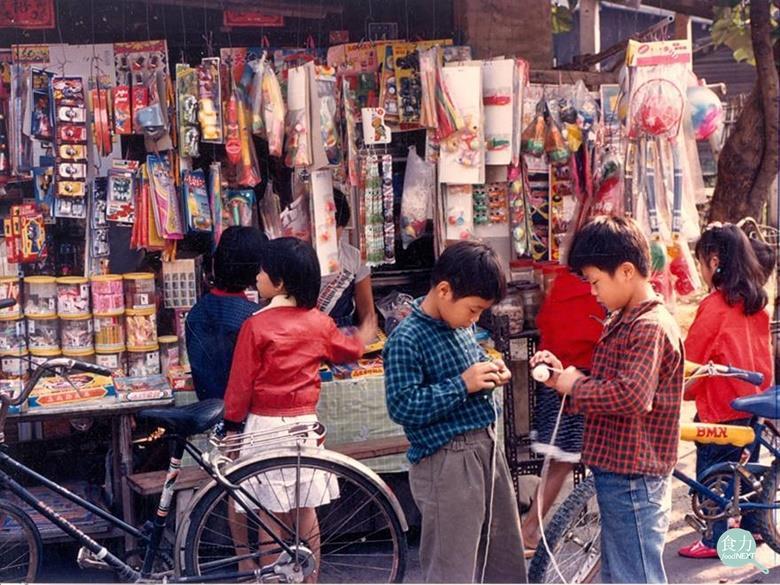 90 年代的學校附近都會有那麼一兩間,屬於小朋友們的柑仔店(來源 https://news.ebc.net.tw/News/Article/117365)