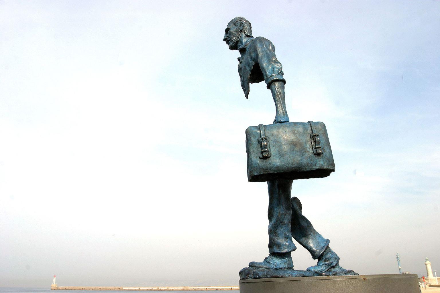 法國藝術家 Bruno Catalano 創造了名為「旅客」的不完整雕像。
